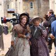 """Llisa Dillon et Dame Judi Dench sur le tournage de """"Cranford"""", à Lacock, en Angleterre, le 8 juin 2009 !"""