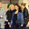 Exclusif - Bella Hadid - Gigi et Bella Hadid ont rejoint leurs demi-soeurs, Marielle et Alana, avec leur mère, Mary Butler, et se retrouvent au restaurant L'Avenue Saks pour dîner à New York. Bella semble de très bonne humeur, elle embrasse Gigi et prend ses autres sœurs dans les bras à la sortie du restaurant, New York, le 5 avril 2019.