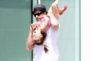 Hugh Jackman est décidément un papa inconscient ! Il jette sa fille en l'air ! Regardez !