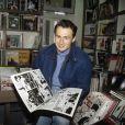 Daniel Rialet lit un album de Zig et Puce dans une librairie parisienne en novembre 1991.