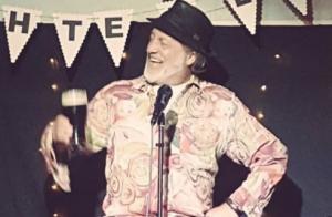 Ian Cognito, humoriste de 60 ans, meurt sur scène : le public croit à un sketch
