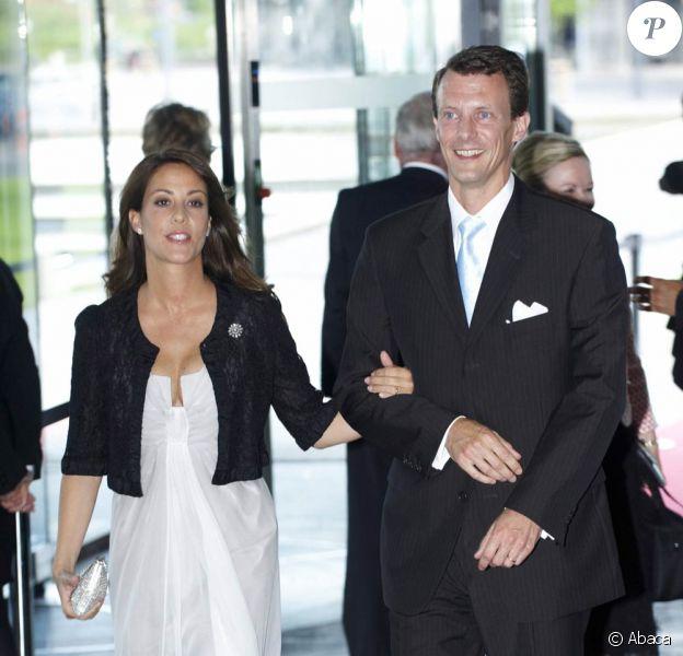Marie Cavallier et Joachim de Danemark arrivent pour le 75e anniversaire du prince Henrik
