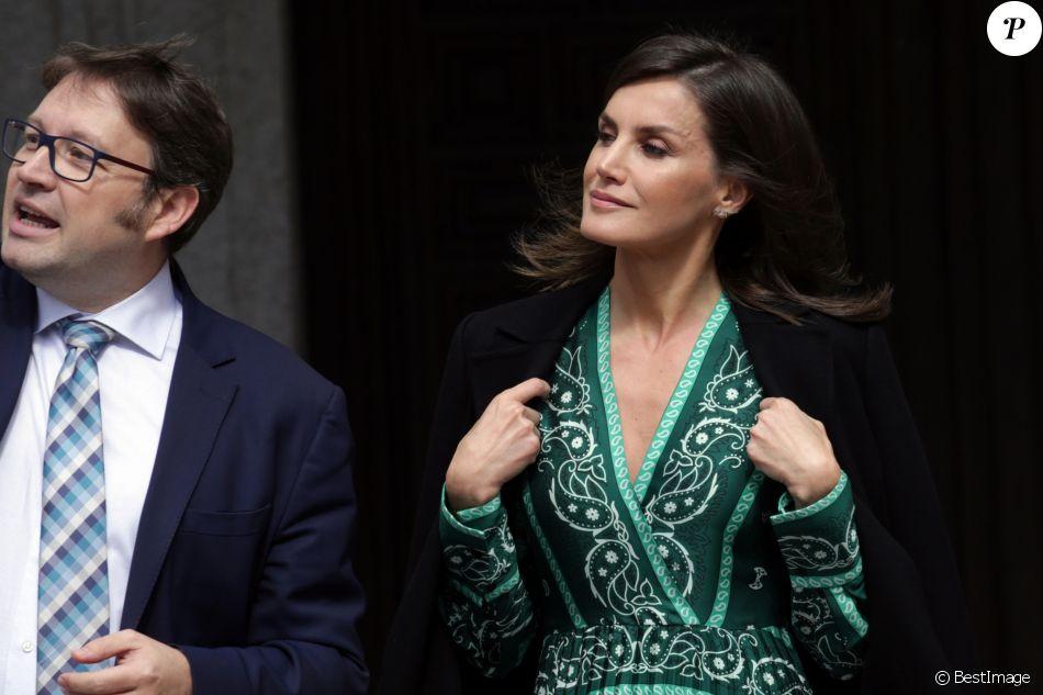 La reine Letizia d'Espagne (robe Sandro) en visite au monastère de l'Incarnation à Madrid le 10 avril 2019 pour découvrir les aménagements réalisés pour l'accessibilité aux personnes en situation de handicap.