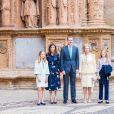 Le roi Felipe VI d'Espagne, la reine Letizia et leurs filles Leonor et Sofia ainsi que la reine Sofia à la messe de Pâques à la cathédrale de Palma de Majorque, le 21 avril 2019.