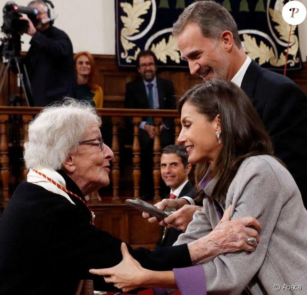 Le roi Felipe VI et la reine Letizia d'Espagne ont remis le 23 avril 2019 le prix littéraire Miguel de Cervantes à la poétesse uruguayenne Ida Vitale, au cours d'une cérémonie à l'Université Alcala de Henares à Madrid.