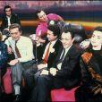 Coluche avec Eve Ruggieri, Dick Rivers, Dominique Baudis, Michel Drucker, Michel Rocard, Valérie Kaprisky et Patrice Devret aux Restos du coeur en 1985.