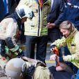 Le roi Philippe et la princesse héritière Elisabeth de Belgique, qui s'exerce ici à poser un bandage de compression sur une victime, ont visité vendredi 26 avril 2019 le Centre de formation des pompiers de Bruxelles, aussi appelé l'Ecole du feu, à la Caserne de l'Héliport. Ils ont assisté à des démonstrations et pris part à des exercices.
