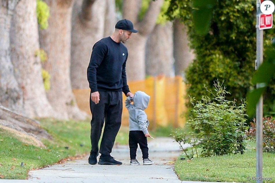 Exclusif - Jason Statham se balade avec son fils Jack ...