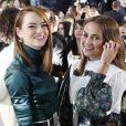 """Emma Stone et Alicia Vikander lors du show """"Louis Vuitton Cruise 2020"""" à Long Island, le 8 mai 2019."""
