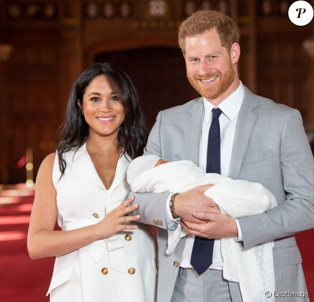 Le prince Harry et Meghan Markle présentent leur fils dans le hall St George au château de Windsor le 8 mai 2019.