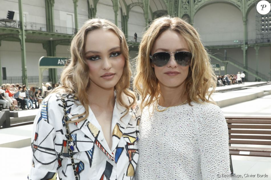 "Lily-Rose Depp et sa mère Vanessa Paradis - Les célébrités au photocall du défilé ""Chanel Cruise Collection 2020"" au Grand Palais. Paris, le 3 mai 2019. © Olivier Borde/Bestimage"