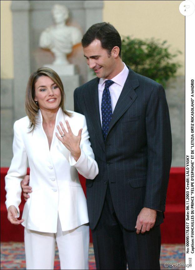 Letizia d'Espagne en tailleur blanc Armani le jour de l'annonce de ses fiançailles et son mariage prochain avec Felipe en novembre 2003.