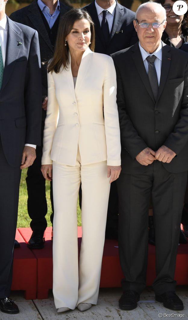 La reine Letizia d'Espagne en tailleur Armani à Rabat au Maroc le 14 février 2019.