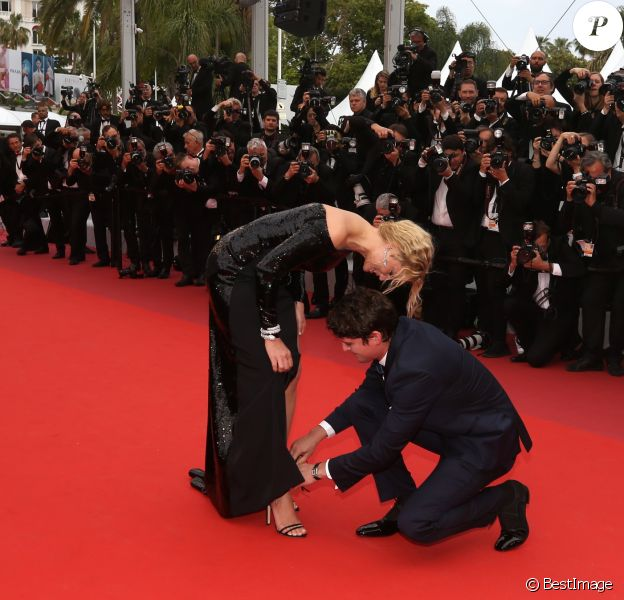 "Niels Schneider rattachant la chaussure de Virginie Efira - Montée des marches du film ""Sibyl"" lors du 72ème Festival International du Film de Cannes. Le 24 mai 2019 © Jacovides-Moreau / Bestimage"