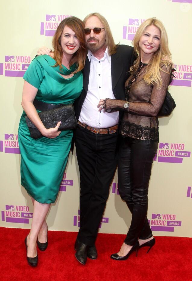 Tom Petty entre sa fille Adria et sa femme Dana lors des MTV Video Music Awards en septembre 2012. Après la mort du chanteur en octobre 2017, les deux femmes se sont lancées dans une guerre en justice au sujet de l'héritage.