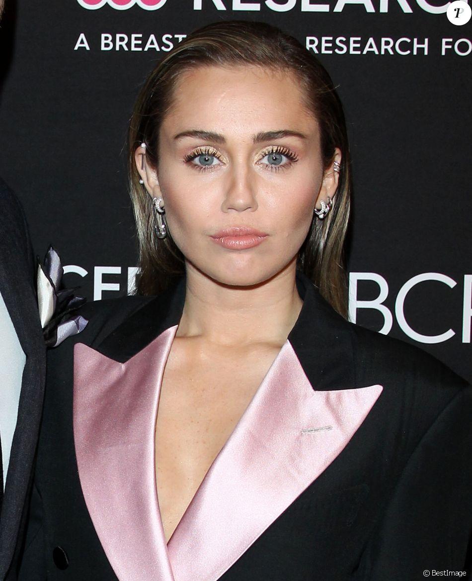 """Miley Cyrus lors du photocall de la soirée """"Women's Cancer Research Fund"""" à Beverly Hills le 28 février, 2019."""