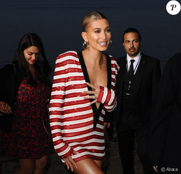 Hailey Baldwin assiste au défilé Saint Laurent, collection homme printemps-été 2020 à Malibu. Le 6 juin 2019.