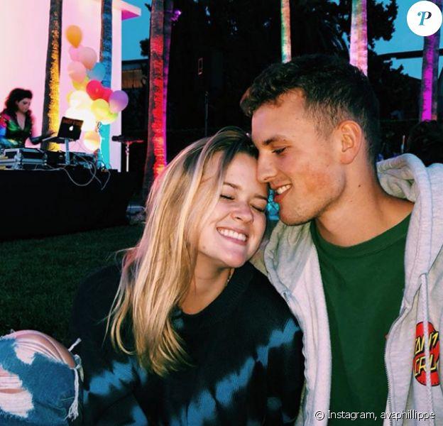 Ava Phillippe pose avec son chéri Owen, lors d'une soirée à Los Angeles, le 10 juin 2019
