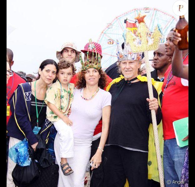 Harvey Keitel et sa femme Daphna Kastner, roi et reine lors de la Mermaid Parade à New York le 20 juin 2009 : ici avec leur fils Roman