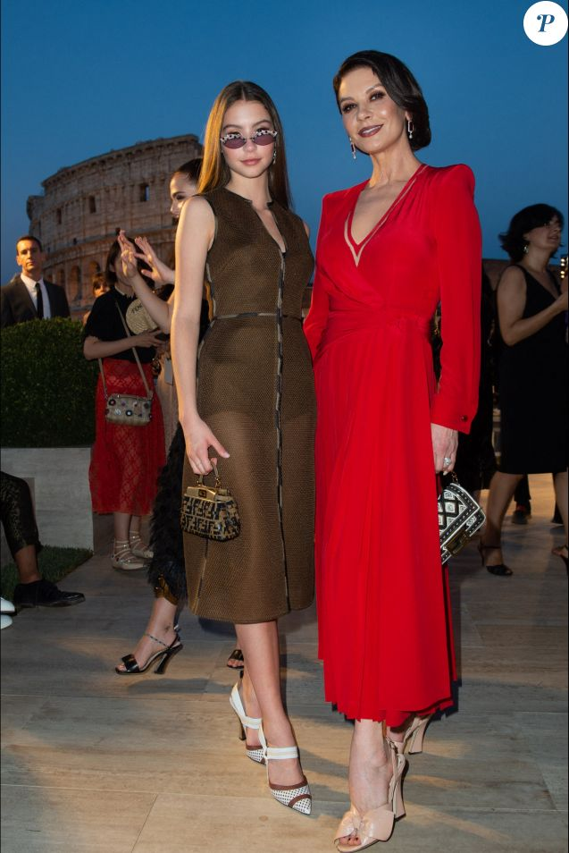 "Catherine Zeta-Jones et sa fille Carys Douglas arrivent au défilé ""Fendi - The Dawn of Romanity"" à Rome, le 4 juillet 2019."