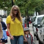 Elle Macpherson : la maman la plus lookée pour aller chercher son fils à l'école ! Regardez !