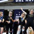 Julie Ertz, Ashlyn Harris, Allie Long et Megan Rapinoe - L'équipe nationale féminine américaine de football gagnante de la coupe du monde 2019 défilent à New York. Des dizaines de milliers de personnes ont célébré mercredi à New York, sous une pluie de confettis, l'équipe nationale féminine américaine de football, tout juste auréolée de son quatrième titre mondial. Debout sur plusieurs remorques, les championnes du monde ont fendu la foule au son des fanfares et d'une escouade de motardes qui leur ont ouvert la route le long de Broadway, où chefs d'Etat, militaires et sportifs défilent depuis plus de 130 ans. Le 10 juillet 2019