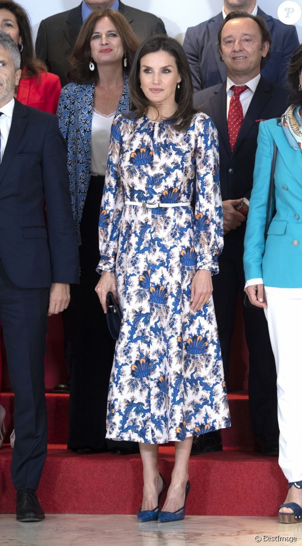 """La reine Letizia d'Espagne, en robe Sandro, lors de la 11 ème édition des """"Projets sociaux de la banque Santander"""" à Madrid le 20 mai 2019."""