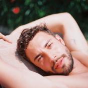 Marwan Berreni (Plus belle la vie) torse nu en Camargue... C'est chaud !