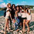 Jade Hallyday pose un groupe d'amis à Saint-Barthélemy le 13 juillet 2019.