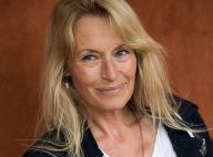 Estelle Lefébure : Topless dans les prés, elle échappe à la canicule