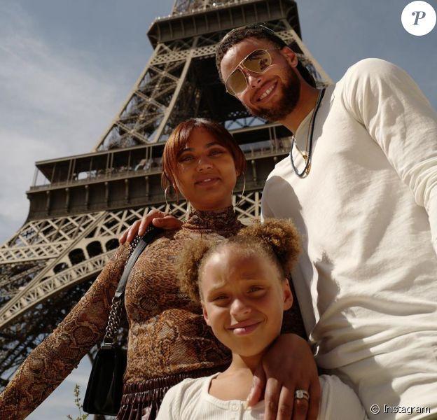 Stephen Curry, sa femme Ayesha et leur fille aînée Riley ont visité Paris, posant ici au pied de la tour Eiffel, la semaine du 22 juillet 2019, juste après le 7e anniversaire de Riley. Photo Instagram.