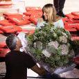 """Exclusif - Nagui offre des fleurs à sa femme Mélanie Page à la fin de la représentation de la pièce """"Le temps qui reste"""" lors du Festival de Ramatuelle. Le 2 août 2019 © Cyril Bruneau / Festival de Ramatuelle / Bestimage"""