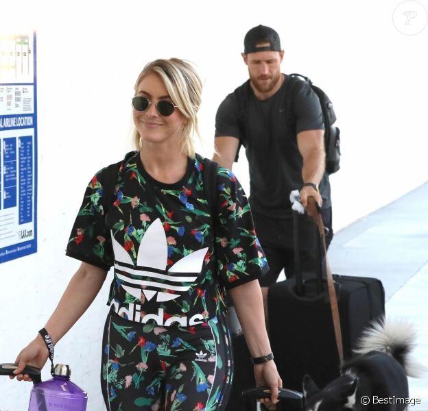 Exclusif - Julianne Hough et son mari Brooks Laich à l'aéroport de Los Angeles, le 3 août 2019.