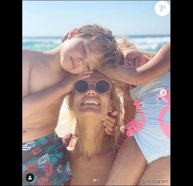 Elodie Gossuin avec ses enfants en vacances dans les Landes le 8 août 2019.