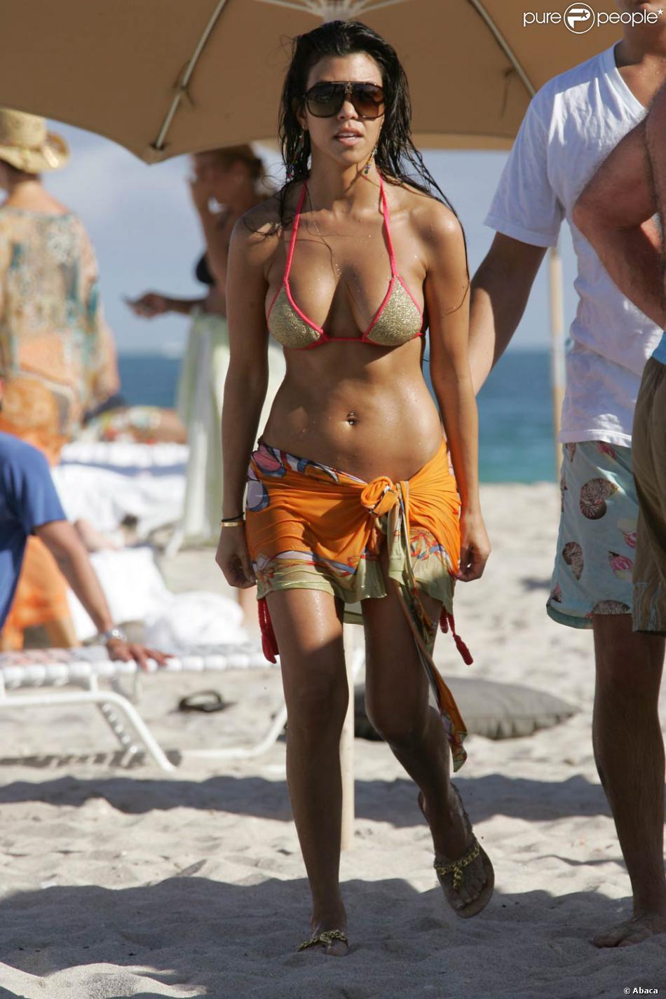 Kourteney Kardashian La Soeur De Kim Malgr 233 Un Maillot De Bain Trop Petit Elle Sait Qu Avec