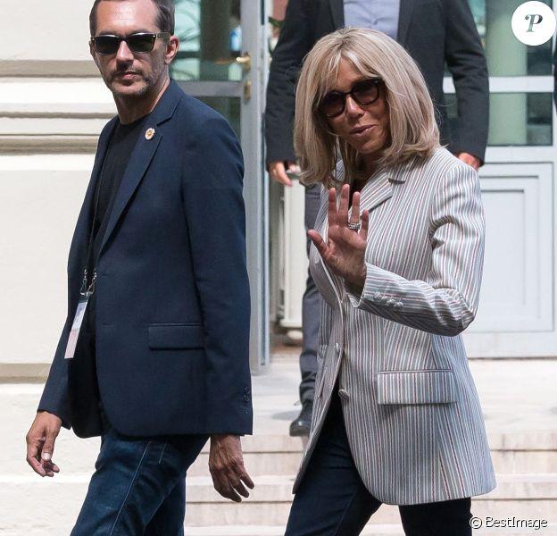 La première dame Brigitte Macron arrive à l'hôtel du Palais à Biarritz le 24 août 2019. Elle est accompagné de sa garde rapprochée, Pierre Olivier Costa, directeur de cabinet et Tristan Bromet, chef de Cabinet. © Jacques Witt / Pool / Bestimage