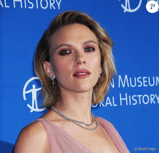 """Scarlett Johannson, au photocall de la soirée """"2018 American Museum of Natural History Gala"""" à New York, le 15 novembre 2018."""