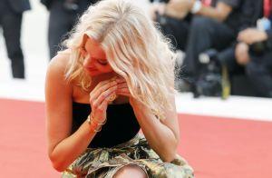 Elsa Hosk : Canon à Venise, elle perd une boucle d'oreille sur le tapis rouge
