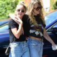 Miley Cyrus, qui porte un tee-shirt Metallica, et sa compagne Kaitlynn Carter se promènent, enlacées, dans les rues de Los Angeles. Le 14 septembre 2019