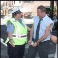 Chris Meloni, sur le tournage de New York Unité Spéciale, discute avec une femme policier