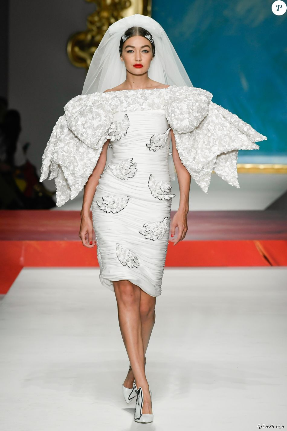Gigi Hadid défile pour Moschino, collection prêt-à-porter printemps-été 2020 lors de la Fashion Week de Milan. Le 19 septembre 2019.