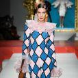 Bella Hadid défile pour Moschino, collection prêt-à-porter printemps-été 2020 lors de la Fashion Week de Milan. Le 19 septembre 2019.