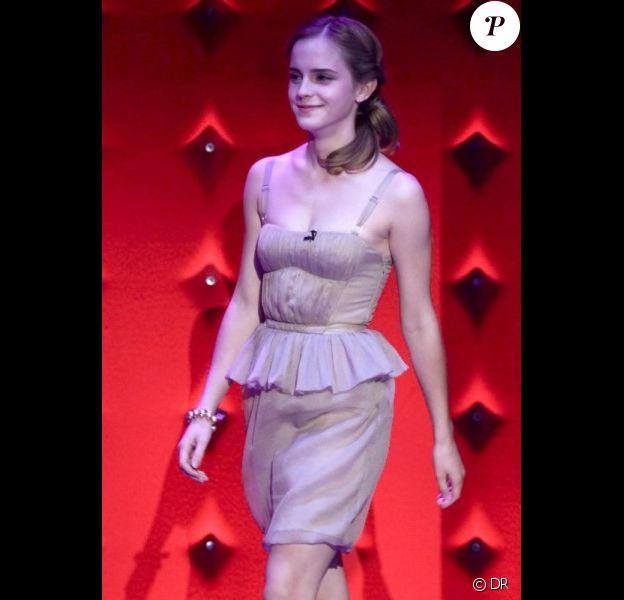 Emma Watson dans une robe Burberry lors d'un talk-show anglais vendredi 3 juillet 09