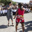 Meghan Markle, duchesse de Sussex, danse avec une danseuse dans le township de Nyanga, en Afrique du Sud, le 23 septembre 2019, lors d'une rencontre avec l'ONG Justice Desk.