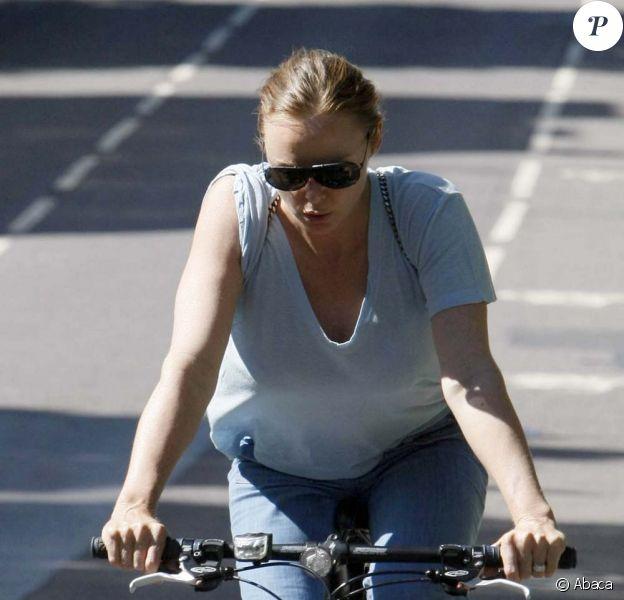 Stella McCartney fait un tour à bicyclette dans Londres le 25 juin 2009
