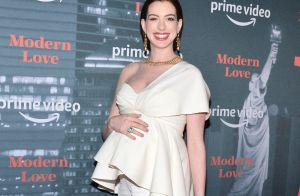 Anne Hathaway enceinte : joli décolleté et ventre rond sur tapis rouge