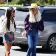 Laeticia Hallyday, son nouveau compagnon Pascal Balland et Maryline Issartier vont déjeuner dans un restaurant de sushi à Los Angeles, proche de l'école des filles de Laeticia. Le 13 septembre 2019