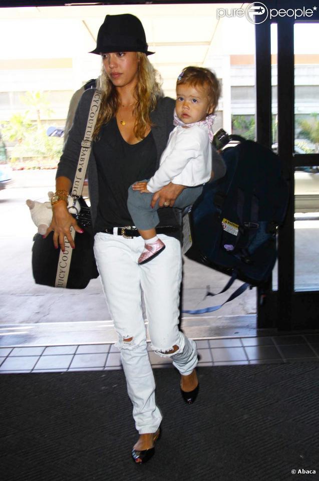 Jessica Alba et sa petite Honor le 14/07/09 à l'aéroport de Lax