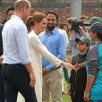 Le prince William, duc de Cambridge, et Catherine (Kate) Middleton, duchesse de Cambridge, lors de la visite du programme de cricket DOSTI du British Council, une initiative de sport au service de la paix, à la National Cricket Academy de Lahore, au Pakistan, le 17 octobre 2019.