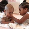 Le fils de Kim Kardashian, Psalm West, et sa cousine True Thompson (fille de Khloé Kardashian). Octobre 2019.